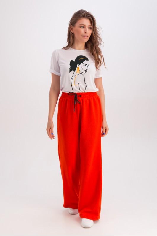 Классическая белая футболка «Эрин» девушка с сережкой